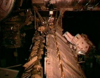 Astronauci w trakcie przechodzenia po elementach Stacji (NASA TV)