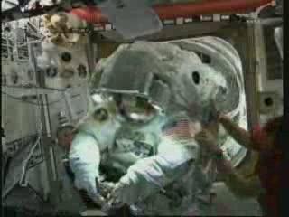 14:52 CEST - wewnątrz ISS / Credits - NASA TV