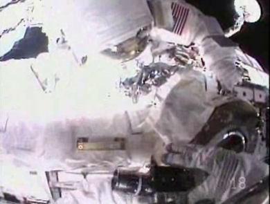 Przykręcanie elementu PDGF do końcówki ramienia OBSS (NASA TV)