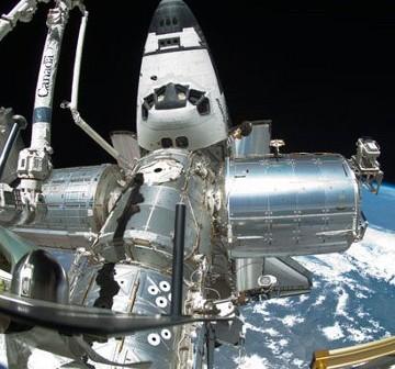 Prom Endeavour (jeszcze) zadokowany do ISS. Zdjęcie z FD12 ze spaceru EVA-4. / Credits - NASA