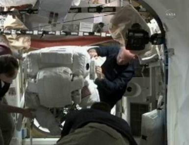 Pierwszy z astronautów przechodzi przez wewnętrzny właz śluzy Quest (NASA TV)