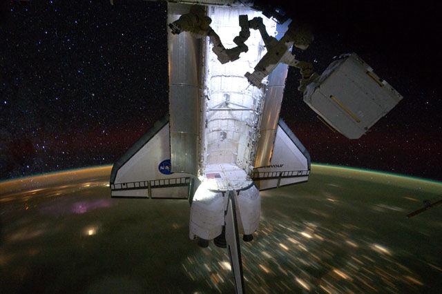 Widok na prom Endeavour w trakcie orbitalnej nocy / Credits - NASA