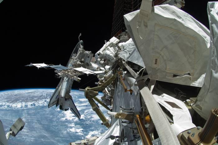 Zdjęcie przedstawiające amerykańską sekcję Stacji ISS wraz z zacumowanym wahadłowcem Endeavour. W centrum zdjęcia Mike Fincke / Credits: NASA