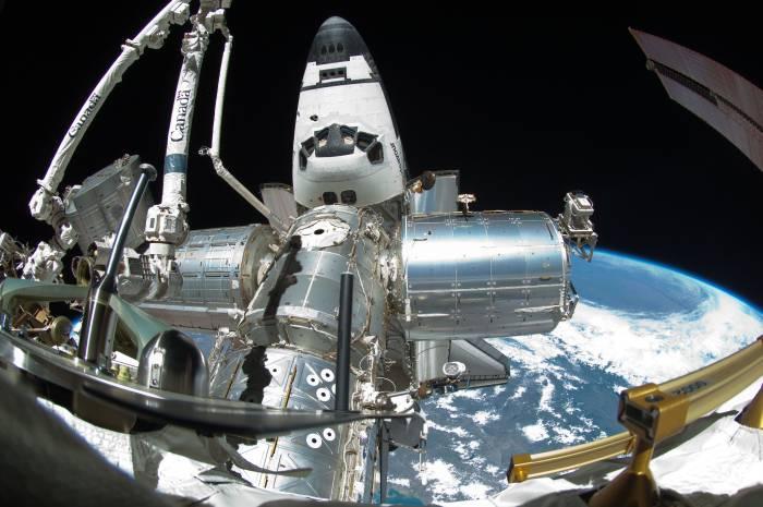 Zdjęcie przedstawiające amerykańską sekcję Stacji ISS wraz z zacumowanym wahadłowcem Endeavour / Credits: NASA