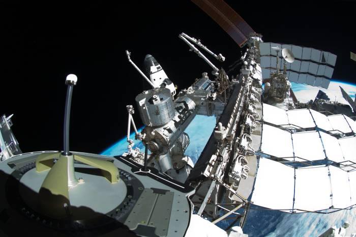 """W czasie misji połączonej STS i ISS cały kompleks porusza się po orbicie z modułami rosyjskim """"z przodu"""", na odwrót od standardowej orientacji, kiedy to właśnie część amerykańska Stacji jest """"z przodu"""". Zmiana orientacji kompleksu po zacumowaniu wahadłowca ma na celu ochronę jego osłony termicznej w czasie pobytu na orbicie / Credits: NASA"""