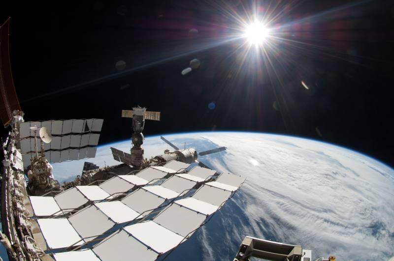 Rosyjska część Stacji ISS z zacumowanym europejskim statkiem transportowym ATV-2 Jan Kepler na samym przodzie / Credits: NASA
