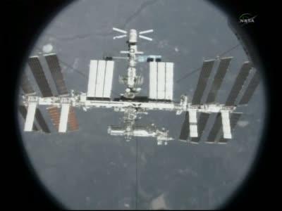 Widok z wahadłowca na Stację ISS, na samej górze tego ujęcia statek ATV, niżej moduł Zwiezda i Zarja, następnie rozpoczyna się sekcja amerykańska z modułami Unity, Destiny oraz Harmony. Na dole tego ujęcia po lewej znajduje się europejski moduł Columbus, natomiast po prawej z charakterystyczną sekcję eksperymentalną japoński moduł Kibo / Credits: NASA TV