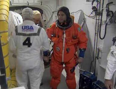 Specjalista misji Greg Chamitoff przed wejściem na pokład Endeavour (NASA TV)