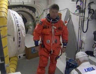 Europejski astronauta Roberto Vittori przygotuje się do wejścia na pokład Endeavour (NASA TV)