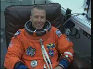 Astronauta Feustel w trakcie ubierania skafandru ACES / Credits - NASA TV