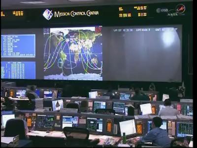 Centrum kontroli lotu (Mission Control Center) w trakcie drugiego dnia misji STS-134 (NASA)