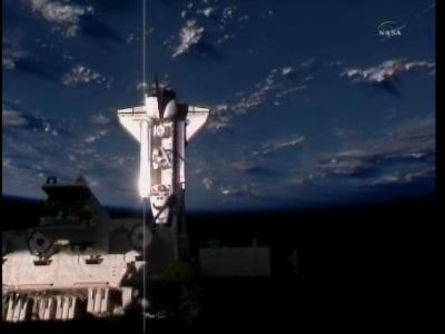 Prom Endeavour coraz bliżej stacji... (NASA)