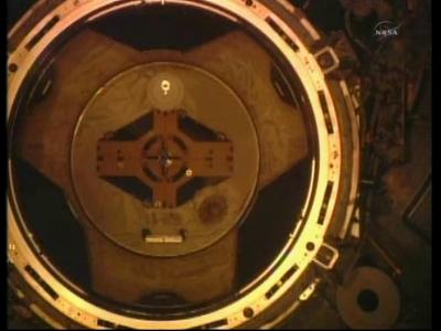 Mechanizm dokujący stacji ISS widoczny w trakcie zbliżania (NASA)