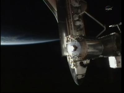 Widok na prom kosmiczny Endeavour zadokowany do ISS (NASA)