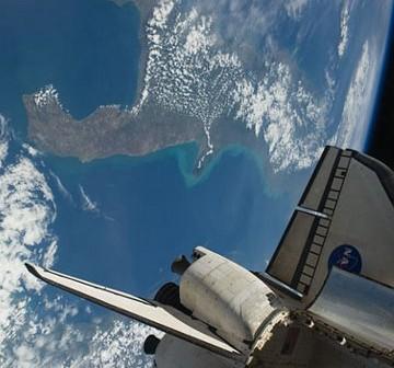 Widok na ładownie promu Endeavour oraz Ziemię w tle. Zdjęcie z Flight Day 4. / Credits - NASA