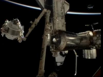 Ramię Canadarm 2 w trakcie przenoszenia AMS-02 (NASA)