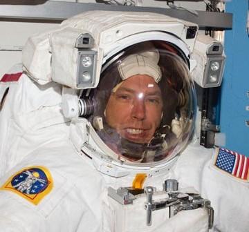 Astronauta Feustel przed EVA-1. Zdjęcie z 19 maja 2011. / Credits - NASA
