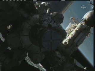 09:24 CEST - początek prac w przestrzeni kosmicznej / Credits - NASA TV
