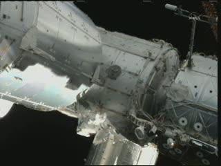 Astronauta Chamitoff z eksperymentem MISSE - godzina 10:15 CEST / Credits - NASA TV