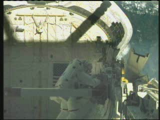 10:25 CEST - istalacja MISSE w ładowni promu / Credits - NASA TV