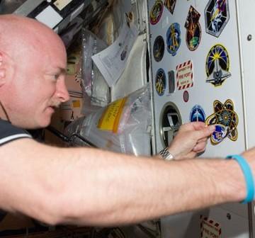 Mark Kelly, dowódca misji STS-134, nakleja emblemat misji wewnątrz ISS. Zdjęcie z Flight Day 6 / Credits - NASA