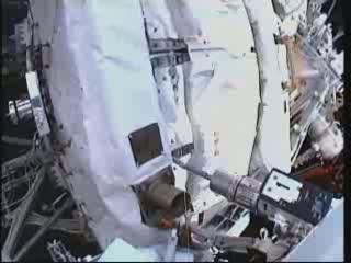 11:07 CEST - usuwanie osłony termicznej SARJ / Credits - NASA TV