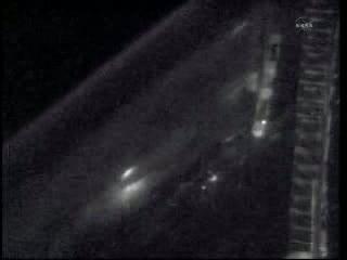 Zbliżenie na ośrodek burzowy - światła to pioruny (prawdopodobnie nad Brazylią) / Credits - NASA TV