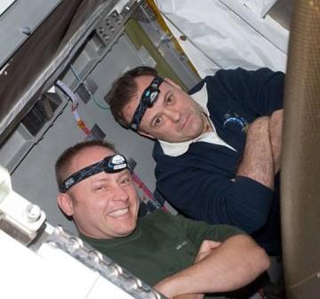Astronauci Fincke (STS-134) i Garan (Ekspedycja 28) podczas wspólnych prac. Zdjęcie z 24 maja 2011 / Credits - NASA