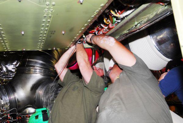 Technicy używają przewodu optycznego do skontrolowania przewodów systemu grzejnego w ramach testów po wymianie jednostk ALCA2 / Credits: NASA/Jim Grossmann