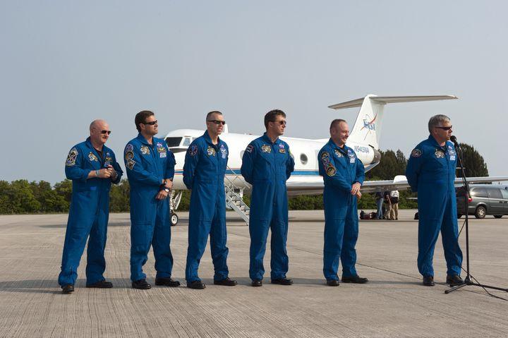 Załoga STS-134 po wylądowaniu w KSC / Credits: NASA/Kim Shiflett
