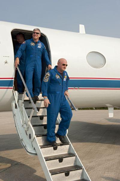 Mark Kelly wysiada z samolotu Gulfstream po przylocie do KSC (czwartek, 12.05) / Credits: NASA/Kim Shiflett