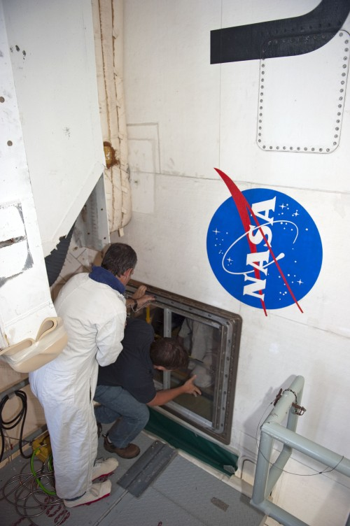 Inżynierowie wchodzą do tylnej sekcji wahadłowca / Credits: NASA/Kim Shiflett