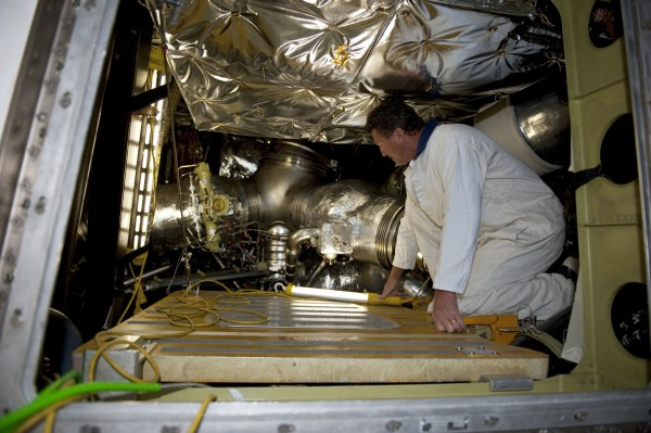 Technik wchodzący do tylnej sekcji wahadłowca / Credits: NASA/Kim Shiflett