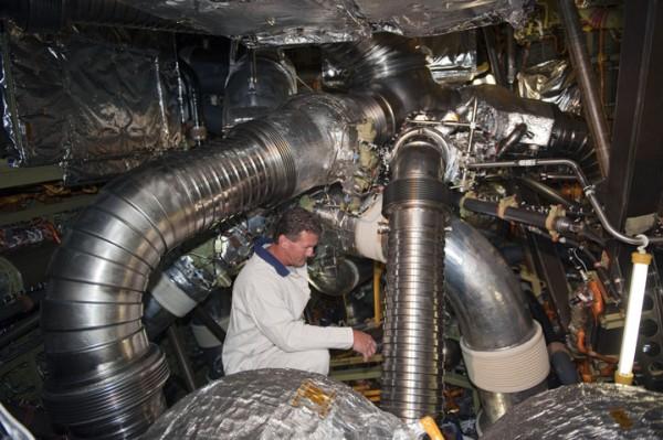 Podgląd na wnętrze sekcji technicznej na tyle wahadłowca, zwraca uwagę ogrom przestrzeni (przyszłe kosmiczne statki załogowe, budowane przez prywatne firmy oraz NASA, będą miały porównywalnej wielkości sekcję załogową) / Credits: NASA/Kim Shiflett