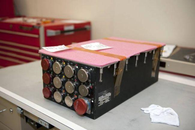 Nowa jednostka ALCA-2 gotowa do instalacji w przedziale awioniki nr 5 w tylnej sekcji wahadłowca / Credits: NASA/Kim Shiflett