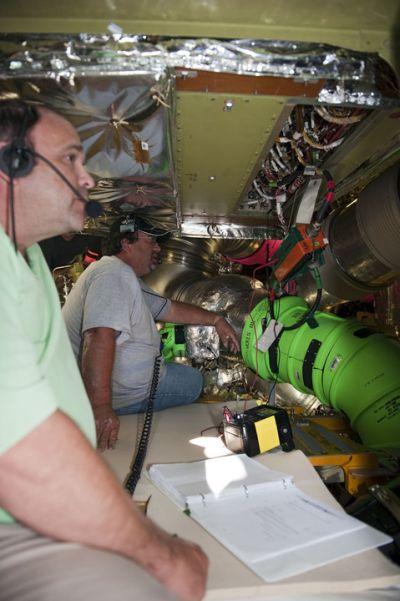 Technicy z inżynierami przeprowadzają testy starej jednostki ALCA-2 przed jej wymontowaniem / Credits: NASA/Kim Shiflett