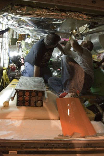 Na zdjęciu stare urządzenie ALCA-2 po wyjęciu z przedziału awioniki nr 5 / Credits: NASA/Kim Shiflett