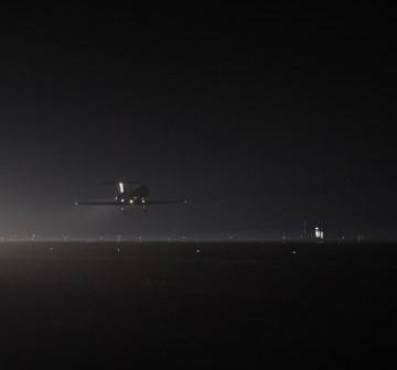 Scena z testów dowódcy Marka Kelly oraz pilot Grega Johnson, którzy testowali w samolocie STA (Shuttle Training Aircraft) podchodzenie do lądowania. STA jest zmodyfikowanym samolotem Gulfstream II, którego charakterystyki lotne symulują warunki pilotowania wahadłowca / Credits: NASA/Kim Shiflett