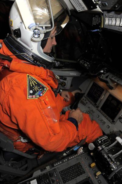Pilot Greg Johnson za sterami STA / Credits: NASA/Kim Shiflett