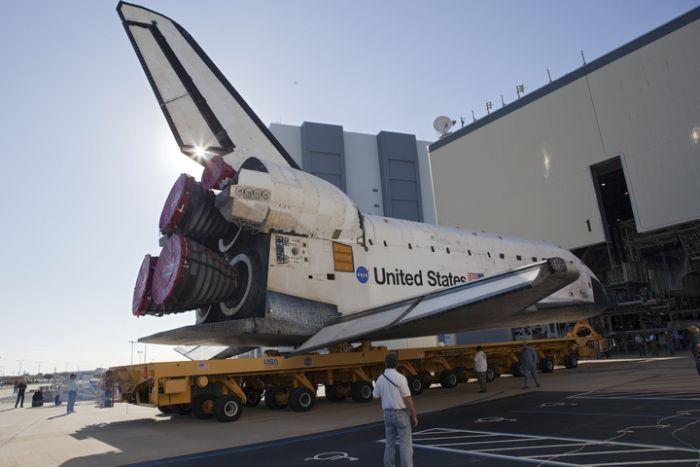 Wyjazd z hangaru serwisowego OPF nr 1 / Credits: NASA/Dimitri Gerondidakis