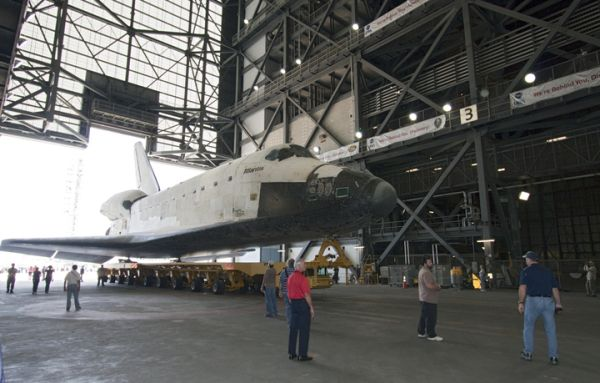 Koniec przejazdu, Atlantis wjeżdża na transporterze OTS do hali montażowej VAB / Credits: NASA/Jack Pfaller