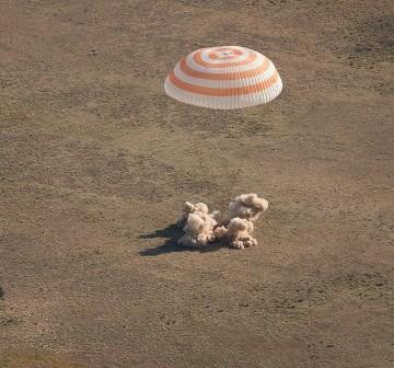 Moment przyziemienia kapsuły powrotnej pojazdu Sojuz TMA-20 / Credits - NASA