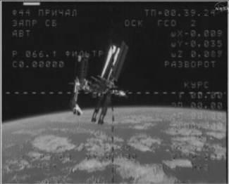 Wahadłowiec Endeavour zacumowany do ISS, widok z pokładu Sojuza TMA-20 (NASA TV)