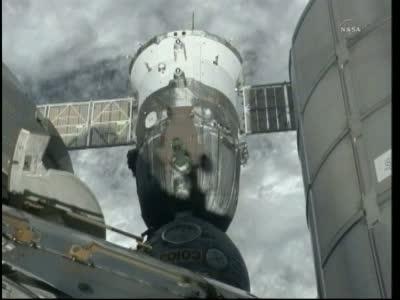 Podgląd na zadokowanego jeszcze Sojuza TMA-20 z załogą w środku, godz. 22:34 / Credits: NASA TV