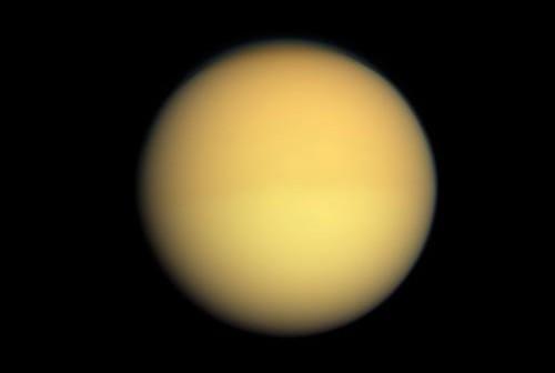Zdjęcie Tytana, wykonane przez sondę Cassini (25 sierpnia 2009 roku). Widać na nim nieznacznie pociemnienie północnej półkuli księżyca i pojaśnienie półkuli południowej. Ma to związek z porami roku i gęstością warstwy tholinowych oparów w atmosferze. Z kolejnymi dniami, półkula północna będzie jaśnieć (wraz z nadejściem lata) a południowa ciemnieć (z zimą). (Credits: NASA/JPL/Space Science Institute)