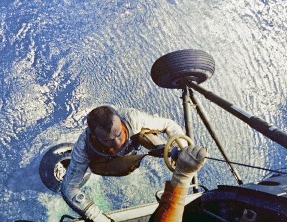 Shepard wciągany na pokład śmigłowca po udanym wodowaniu (NASA)
