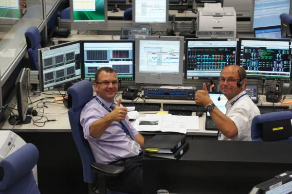 Główny Dyrektor Misji Kris Capelle oraz Dyrektor Misji Mike Steinkopf w czasie ostatniej zmiany w Centrum Kontroli ATV-CC (Tuluza, Francja), tuż przed wykonaniem ostatniego odpalenia silników ATV 2 / Credits: ESA, Jari Makinen