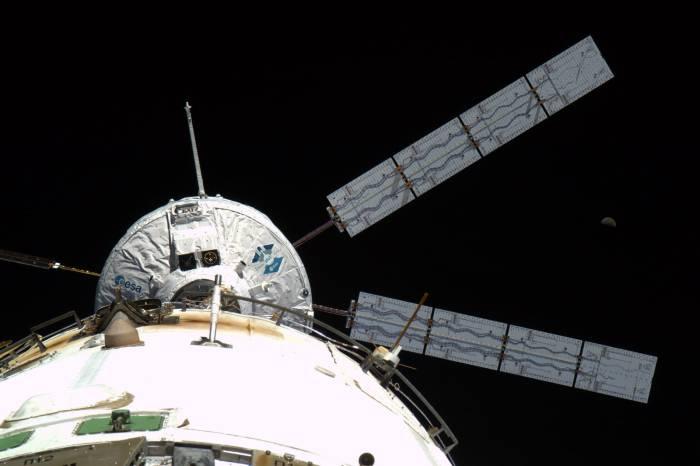 ATV 2 Johannes Kepler wystartował z Ziemi 16 lutego. Dokowanie do Stacji ISS miało miejsce 8 dni później, na zdjęciu moment cumowania, w tle Księżyc / Credits: ESA