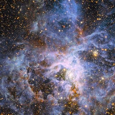 Szerszy kadr Mgławicy Tarantuli. Gromada gwiazd R136 znajduje się poniżej i na prawo od środka zdjęcia / Credit - ESO/M.-R. Cioni/VISTA Magellanic Cloud survey, Cambridge Astronomical Survey Unit