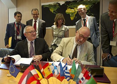 Podpisanie porozumienia. Po lewej Jean-Jacques Dordain. Po prawej: Heinz Zourek / Credits: ESA